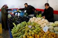 イスタンブールの食品市場で野菜を購入する市民=ロイター