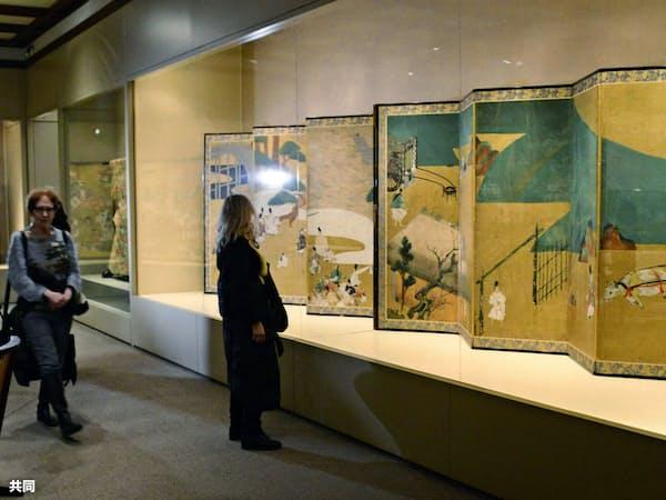 源氏物語の特別展で展示された、俵屋宗達の国宝のびょうぶ(4日、ニューヨークのメトロポリタン美術館)=共同