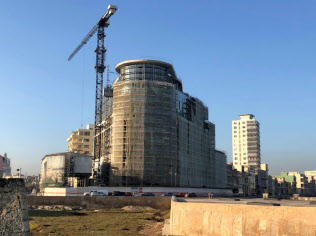 制裁強化で外国投資が遠のく可能性も(ハバナ市内で建設中の大型ホテル)