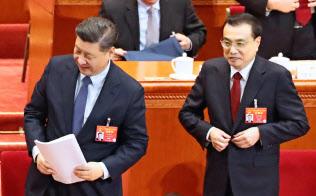 5日、全人代の会場を後にする中国の習近平国家主席(左)と李克強首相=横沢太郎撮影