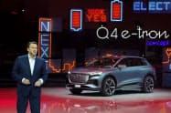 小型EV「Q4 eトロン」を発表するアウディのアブラハム・ショット社長(5日、ジュネーブ国際自動車ショー)