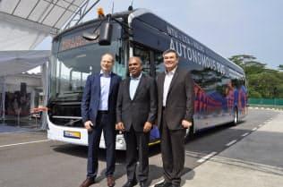 車体の長さ12メートルで大型の電気自動運転バスは「世界初」と誇るボルボ・バスのアグネバル社長(左)