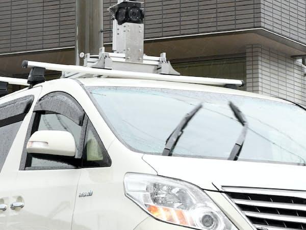 電柱に取り付けられたカメラが死角にある車両を検知して自動運転車に伝える(28日、神戸市北区)