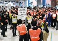 地震と津波を想定した訓練で、ターミナルビル内に滞留した利用客を避難させる担当者(5日、関西空港)