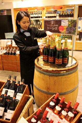 エノテカ広尾本店(東京・港)は3月からワインを値下げする