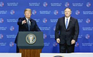米朝首脳会談を終え、記者会見する米国のトランプ大統領(左)とポンペオ国務長官(28日、ハノイ)=共同