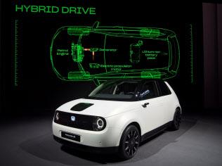 ホンダが披露した電気自動車「ホンダイー」は1回の充電で200キロメートル以上走行できる(5日、ジュネーブ国際自動車ショー)
