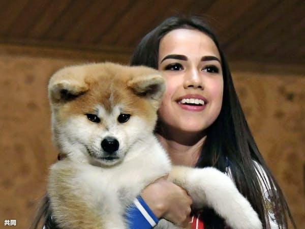 贈られた秋田犬の子犬を抱くザギトワ選手(2018年5月、モスクワ)=共同