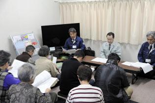 北海道厚真町で開かれた仮設住宅の入居者と町との意見交換会(6日午前)=共同