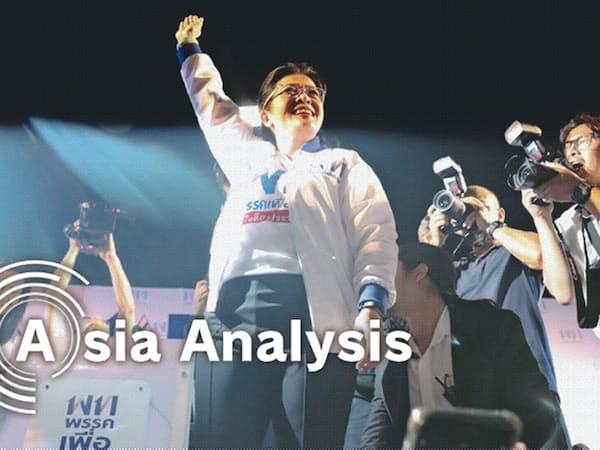 タクシン派のタイ貢献党が推す首相候補、スダラット元保健相は「我々が経済を再生するときだ」と訴えるが…(2月15日、バンコクでの選挙集会)=ロイター