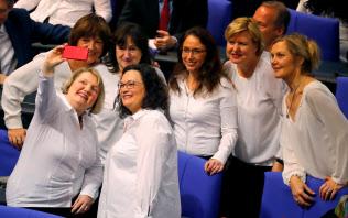 ドイツ社会民主党(SPD)のナーレス党首(中央)ら=ロイター