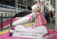 JR博多駅で行われた「ハローキティ」のデザインをあしらった500系新幹線の出発式(30日午前)=共同