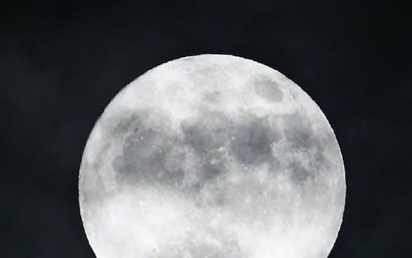雲の切れ間から姿を見せた「スーパームーン」(14日午後、福岡市南区)