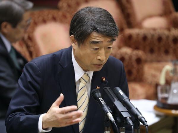 参院予算委で答弁する根本厚労相(6日)