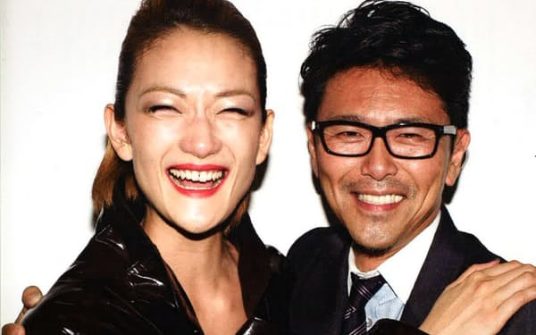 日本人スーパーモデルの冨永愛さん(左)と世界に売り出した馬淵哲矢さん。