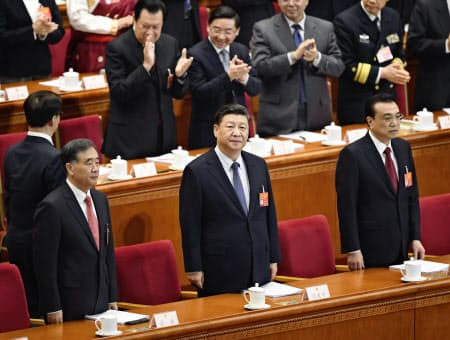 中国全人代に臨む(手前左から)人民政治協商会議の汪洋主席、習近平国家主席、李克強首相=共同