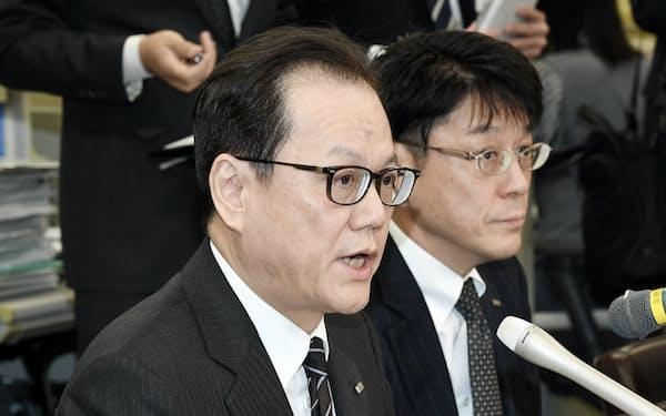 記者会見するみずほフィナンシャルグループの坂井辰史社長(左)=6日、日銀本店