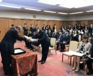 健康経営企業を表彰する谷本正憲知事(左)(6日、県庁)