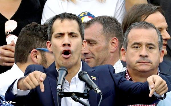 支持者に演説するグアイド暫定大統領(3月4日、カラカス)=ロイター