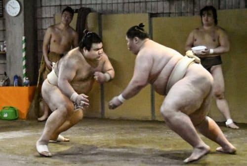 時津風部屋へ出稽古し、逸ノ城(右)に立ち合いでぶつかる高安(6日、大阪市)=共同