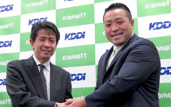 提携を発表したKDDIの原田圭悟ビジネスIoT企画部長(左)とエコモットの入沢拓也社長