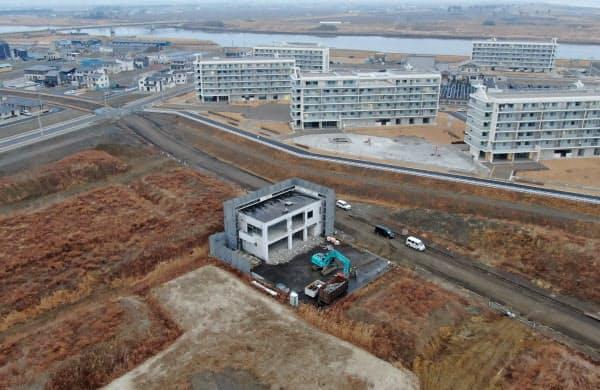宮城県名取市閖上地区で解体工事が進む旧市消防署閖上出張所。同地区の津波被害を伝える建物はなくなる。周囲のかさ上げした土地には、人々の暮らしが戻ってきた(2月28日)
