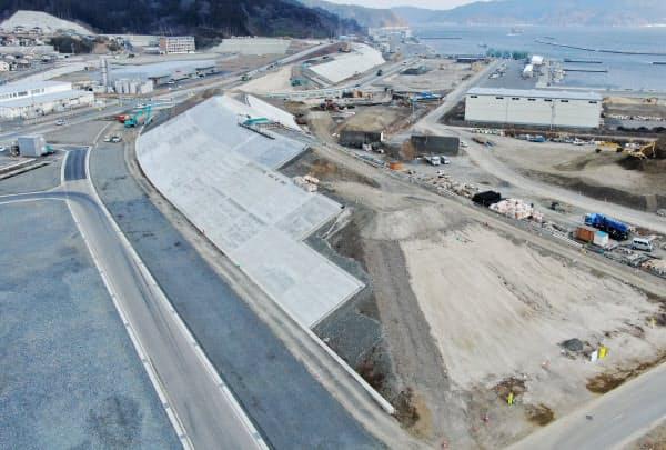 被災3県の沿岸部では防潮堤の建設が進む。岩手県大槌町で建設中の高さ約15メートルの防潮堤が連なっていた(2日)