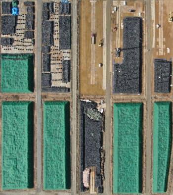 福島県富岡町の帰還困難区域に広がる除染廃棄物(1日)