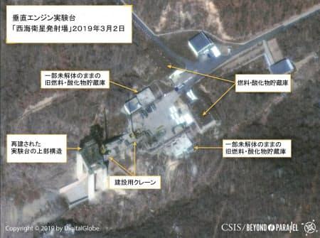 2日、北朝鮮北西部東倉里のミサイル施設「西海衛星発射場」で、クレーンなどの設置を示す衛星写真(デジタルグローブ/CSIS提供・ロイター=共同)