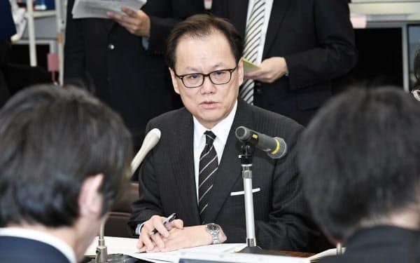 記者会見するみずほフィナンシャルグループの坂井辰史社長(6日、日銀本店)