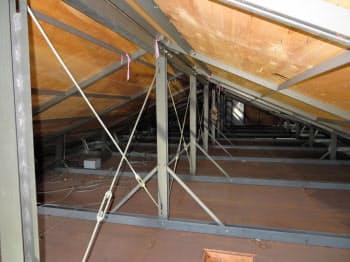 天井裏で部屋を隔てる部材がなく、施工不良と指摘されたレオパレスのアパート(オーナー提供)