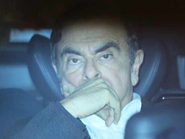 法律事務所を出る、保釈された日産自動車のゴーン元会長(6日夜、東京都千代田区)