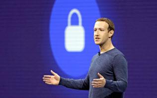 フェイスブックのザッカーバーグCEOは傘下のアプリの対話機能を強化する方針を示した=AP