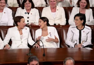 オカシオコルテス氏(中央)ら民主党女性議員は、白を着用して一般教書演説に出席した=ロイター