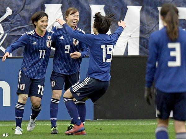 ブラジル戦で勝ち越しゴールを決めた小林 (11番)。杉田 (9)や遠藤 (19)らの若手が高倉監督の期待に応える活躍をみせた=AP