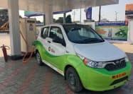 配車サービス「オラ」が採用した印自動車大手マヒンドラの電気自動車(印西部マハラシュトラ州)=ロイター