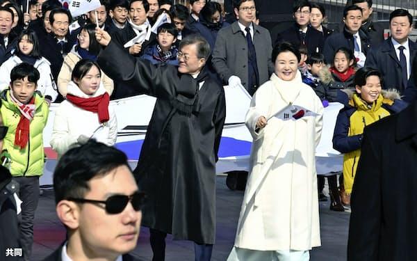 「三・一独立運動」を再現した行進に参加した韓国の文在寅大統領(中央左)(1日、ソウル)=共同