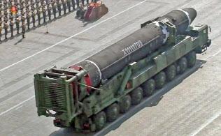 大陸間弾道ミサイル(ICBM)「火星15」と見られる物体=共同