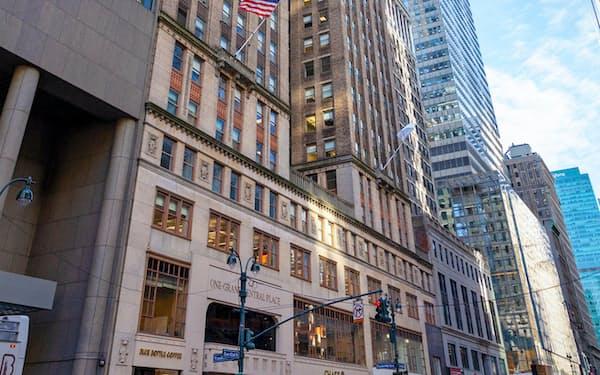 事務所はマンハッタンのビル(中央のビル)の30階に入る