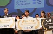 7日、FIBCで「国内大賞」を受賞したスカラーの山田CEO兼CTO(中央、東京都千代田区)