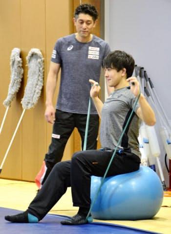 別メニューで調整するレスリング男子65キロ級の乙黒拓斗=右(7日、東京都北区のナショナルトレーニングセンター)=共同