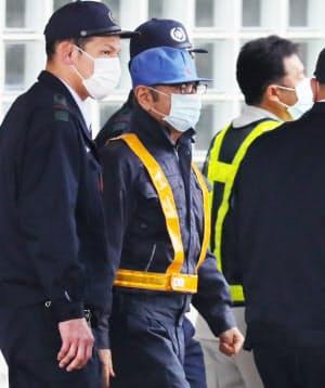 作業服姿で東京拘置所を出るゴーン元会長(6日、東京都葛飾区)