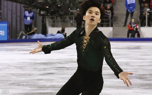 フィギュアスケート男子フリーで演技する友野一希(7日、クラスノヤルスク)=共同