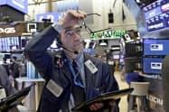 ニューヨーク証券取引所の売買フロア=AP