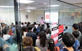 日本企業向けの履歴書の書き方講座は会場から人があふれた(2月、台北市内)