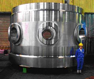 室蘭製作所では原子炉容器に使われる巨大な鋳鍛鋼製品をつくりあげている