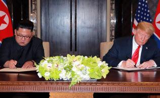 米朝首脳の1回目の会談では共同声明に署名した(2018年6月、シンガポール)=ロイター