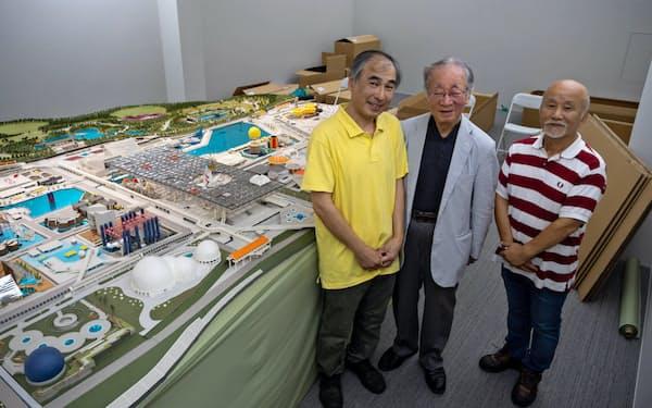 大阪万博会場の模型制作者らと写真に収まる堺屋氏(中央、2018年8月、東京・新宿区)=美術愛住館提供