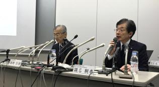 記者会見する満岡次郎社長(写真(左))と識名朝春取締役(8日、東京都江東区)