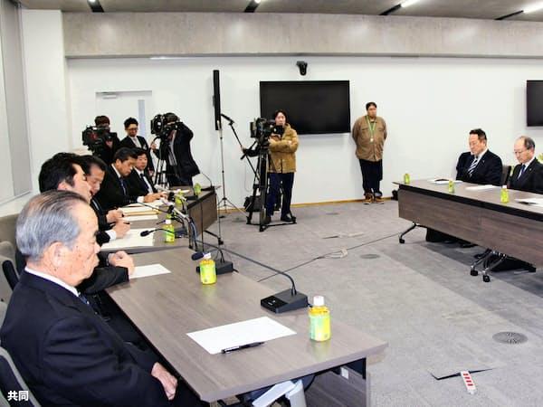 2月28日、水戸市内で開かれた周辺6市村の首長との会合で発言する日本原子力発電の村松衛社長(右)(共同)